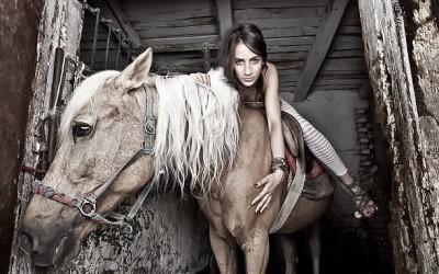 Жена прави секс с кон | Секс с жени и животни | Голям кур разбива нейната космата путка | Секс разкази