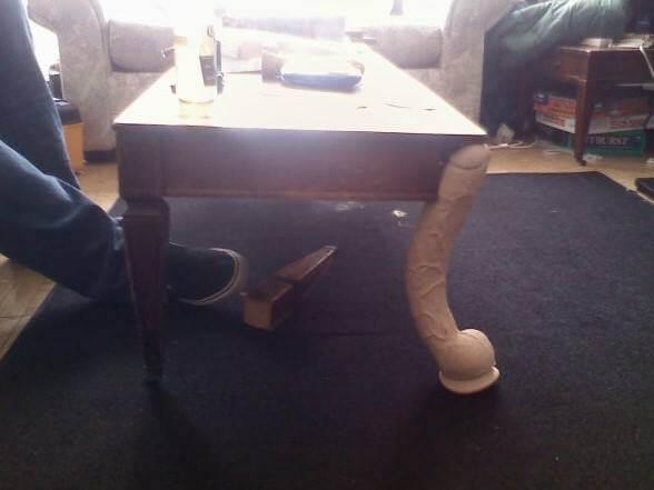 Ако масата ви се счупи може да я поправите, ако имате голямо дилдо под ръка