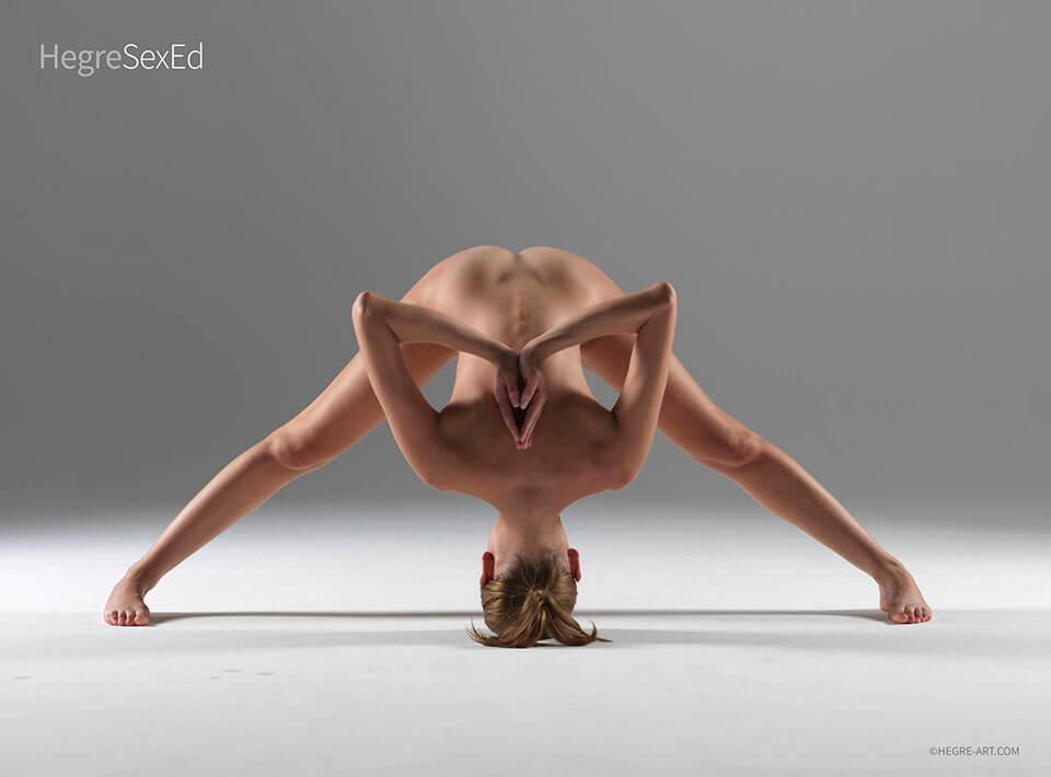 Правенето на йога с партньора ви изисква доверие и изгражда близостта. Не само това, че усилването усилва ендорфините, което означава, че когато вие двамата сте готови с практиката си, има по-голяма вероятност да бъдете тандемна сесия - ако знаете какво имам предвид.