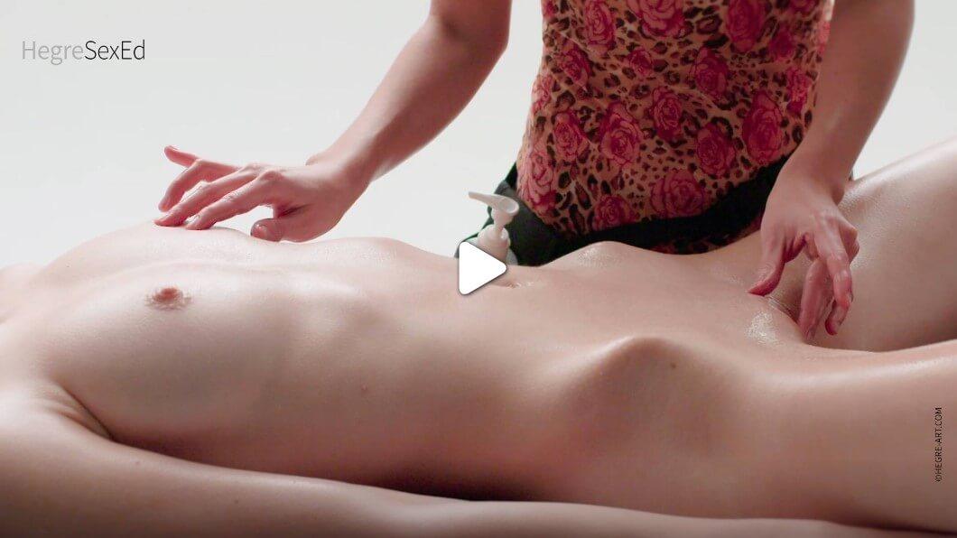 Едновременно масажирайте гърдите и гениталната област, издърпайте кръгове около зърната и клитора, синхронизирайте движенията си.