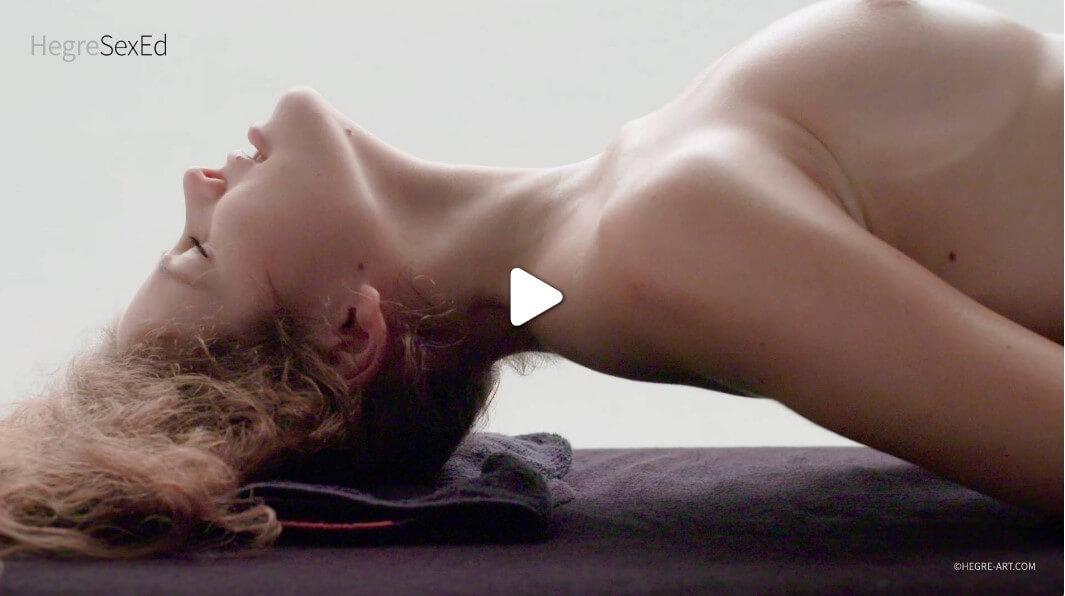 Можете чудесно да я масажирате сега само с една ръка, докато другата ви ръка достига до гърдите й. Използвайте повърхността на палеца си за да стимулирате клитора и в същото време да го масажирате вътрешно със средния си пръст. Гледайте как тя реагира на вашето докосване и продължавайте да я пипате, докато тя не пожелае повече удоволствие и проникване с пръсти до самата кулминация свършване на жената с мулти оргазъм .