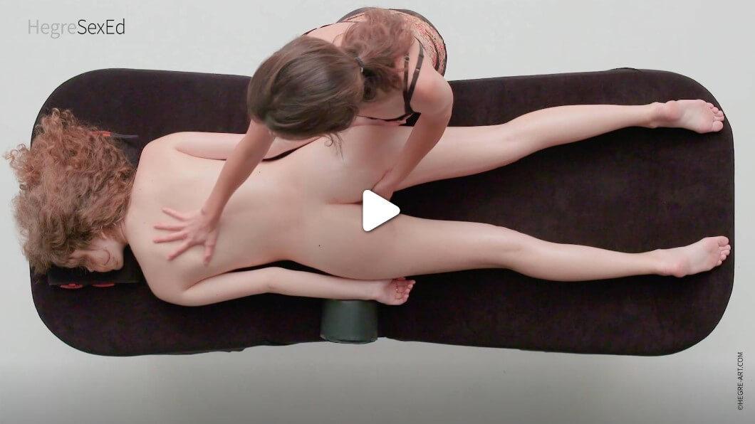 Първо стимулирайте вагината й само отвън, без да я прониквате. Работете около клитора и с пръстите си и натискайте външните му срамни устни. Докато тя стане по-възбудена и дишането бързо ще се учестява и ускорява.