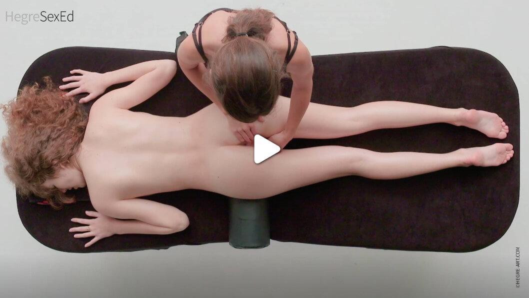За да я побъркане, задръжте един от пръстите си на клитора си и се движете още по-бързо, отколкото преди. Междувременно, с другия притискайте и масажирайте вагината.