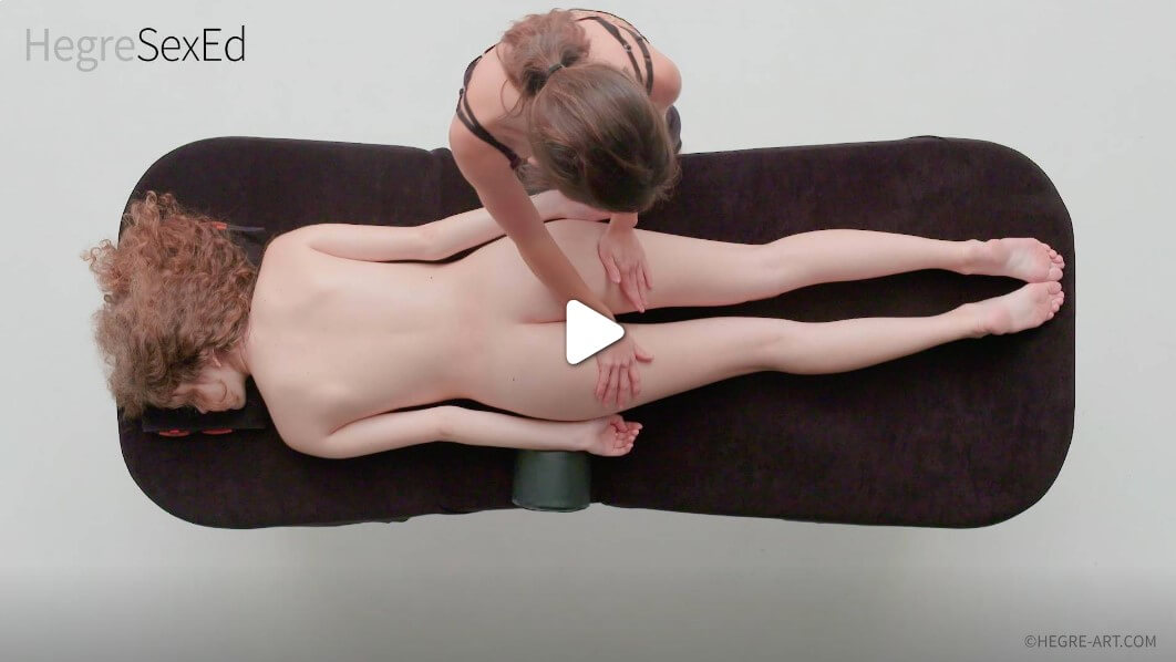 С палеца си разтривайте влагалищния вход, докато другите четири пръста ви докосват клитора и други високо чувствителни области на вагината. Продължавайте да играете с нея, докато тя не може да издържи.