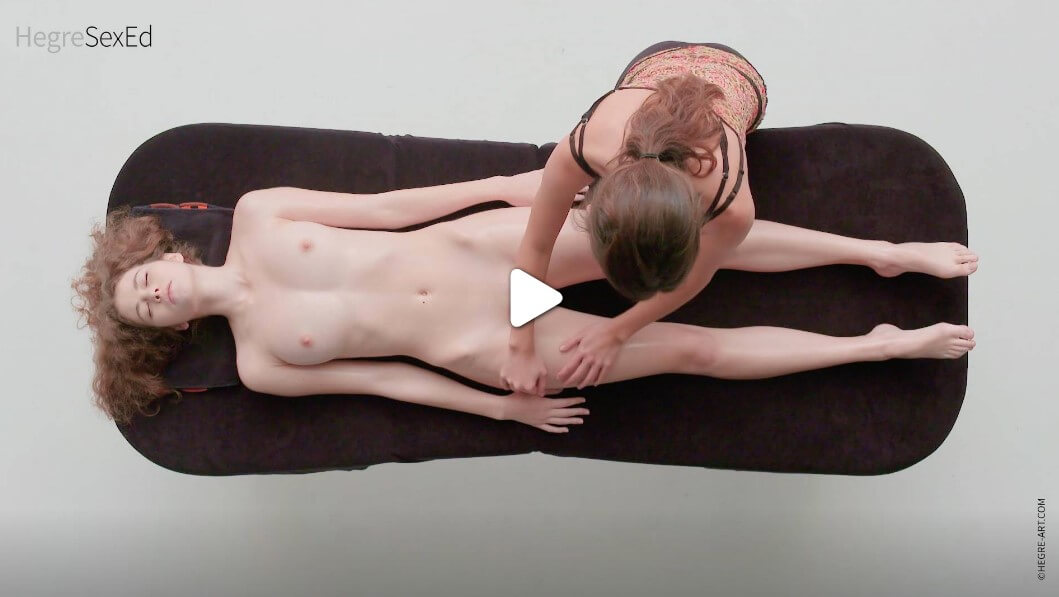 Подгответе я за друго чувствено пътуване, този път масажът на вашата жена да бъде с лицето нагоре. Намажете я с масажно масло върху тялото й, отпуснете и врата и раменете.