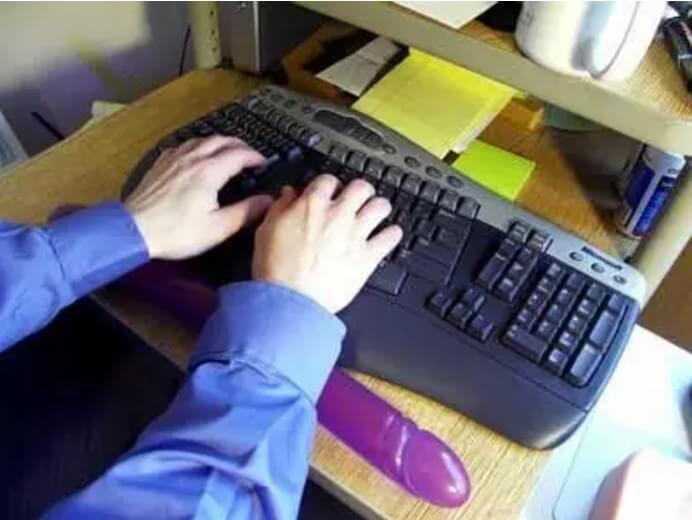 Ръцете ви се уморяват от продължителна работа с компютър - няма проблем двойното дилдо ще реши проблема като стане една удобна подложка