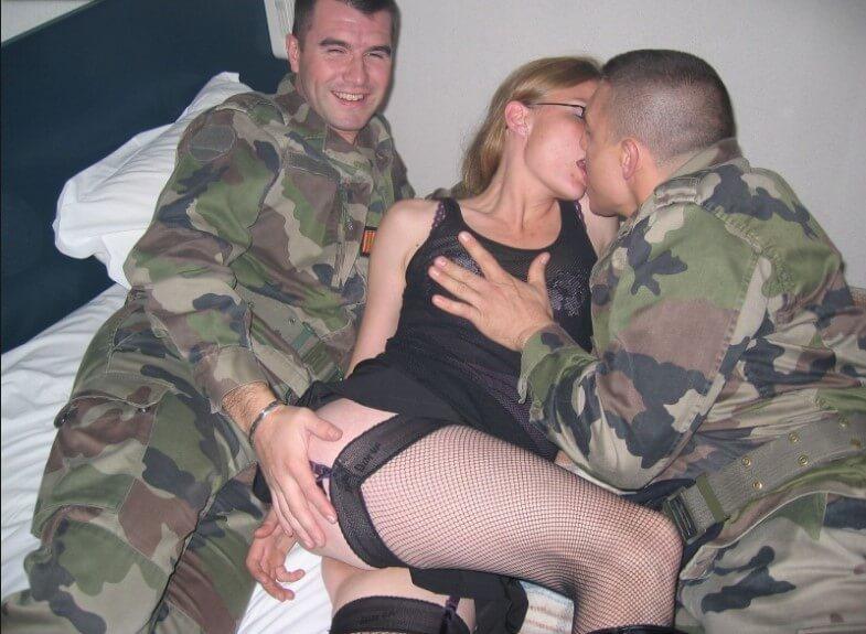 ебана от войник, секс с войник, ебе ми се, ebe mi se, дебел и дълъг кур, потен секс, цигара след секс, сперма по дупето, сперма в дупето